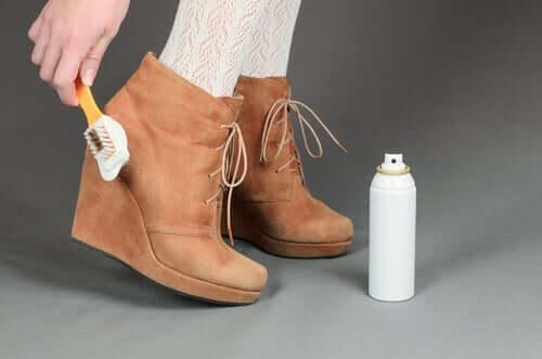 Como cuidar dos sapatos de camurça