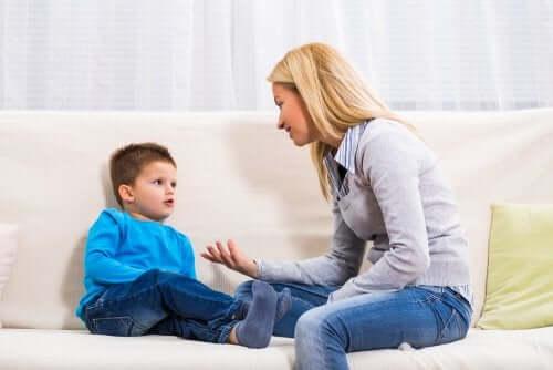 Mãe dialogando com seu filho