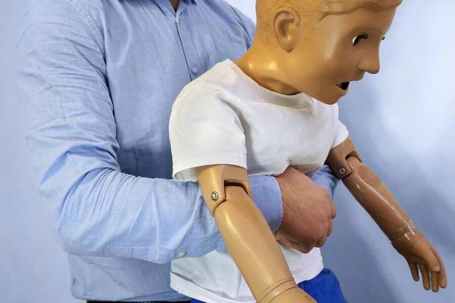Manobra para desengasgar criança