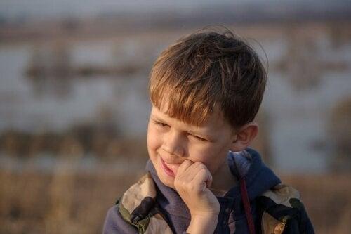 Estratégias para ajudar seu filho a parar de roer as unhas