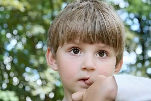 Como fazer para o seu filho parar de roer as unhas