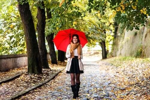 Mulher caminhando na chuva