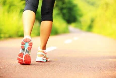 Mulher correndo em rua vazia