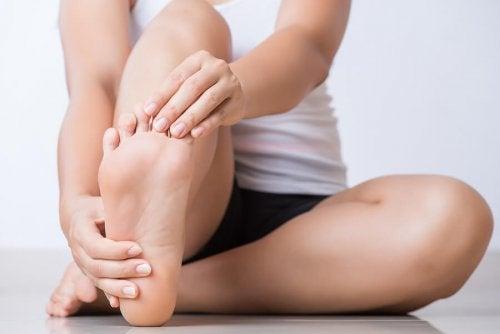 Mulher cuidando dos pés
