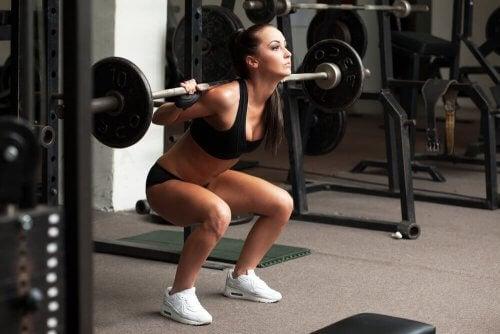 Mulher fazendo musculação na academia