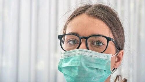 Jovem médica usando máscara cirúrgica