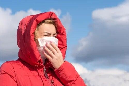 O coronavírus não é transmitido pelo ar, de acordo com a OMS