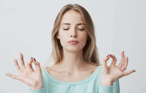 Mulher meditando de olhos fechados