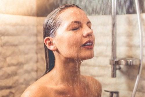 Mulher tomando banho frio