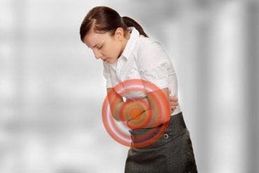 4 remédios à base de ervas para tratar a barriga inchada