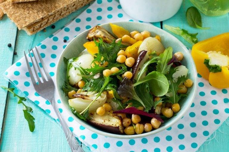 Salada de grão-de-bico e berinjela