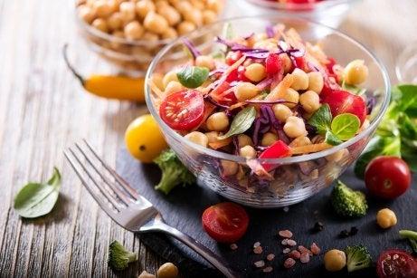 Receita de salada de grão-de-bico e berinjela