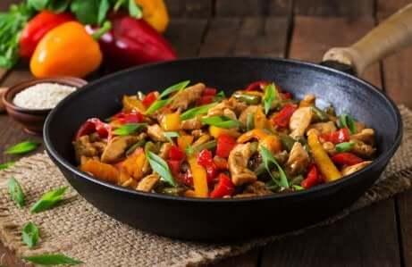 Picadinho de frango com cogumelos e pimenta