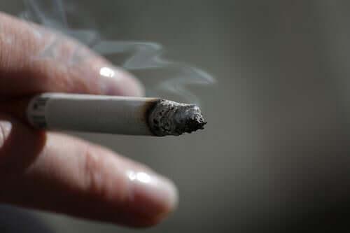 Pessoa fumando