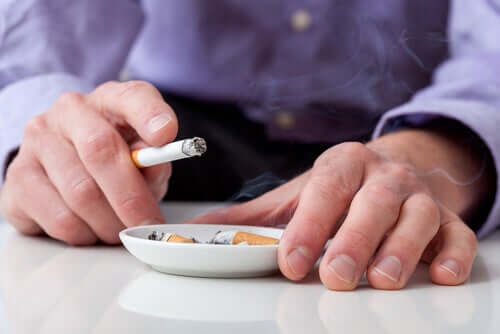 Homem fumando