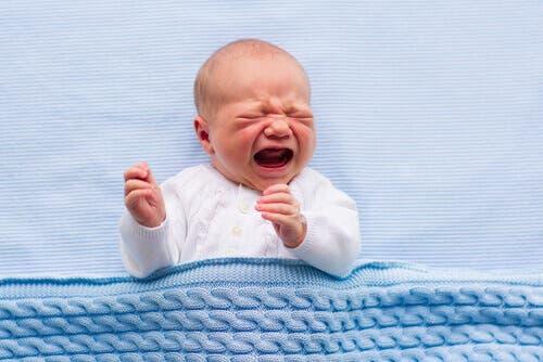 Bebê chorando por cólica