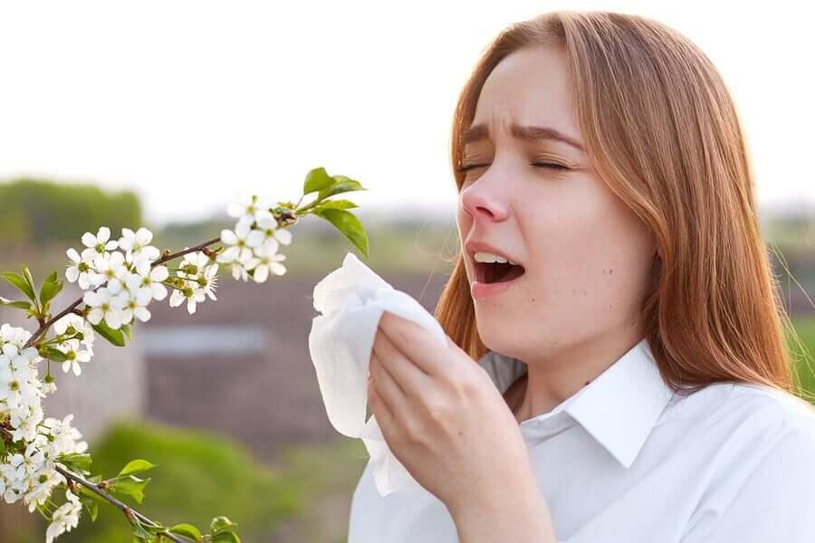 Mulher com alergia espirrando