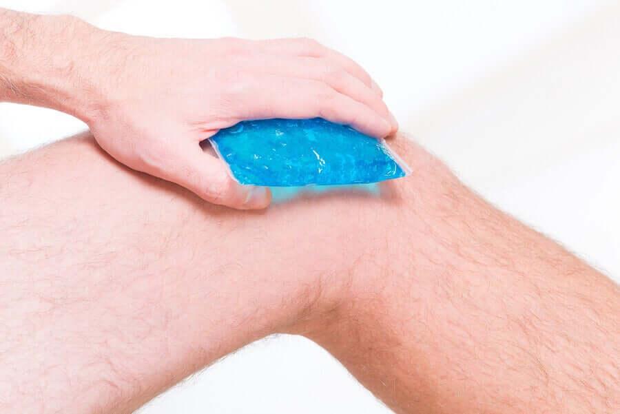 Compressa de gelo no joelho