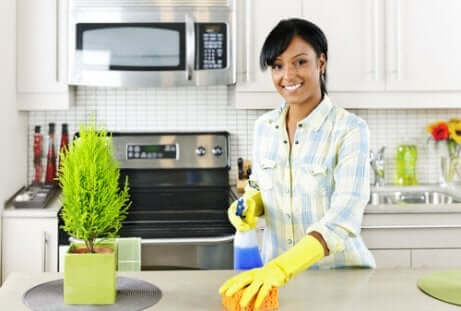 Mulher limpando a cozinha