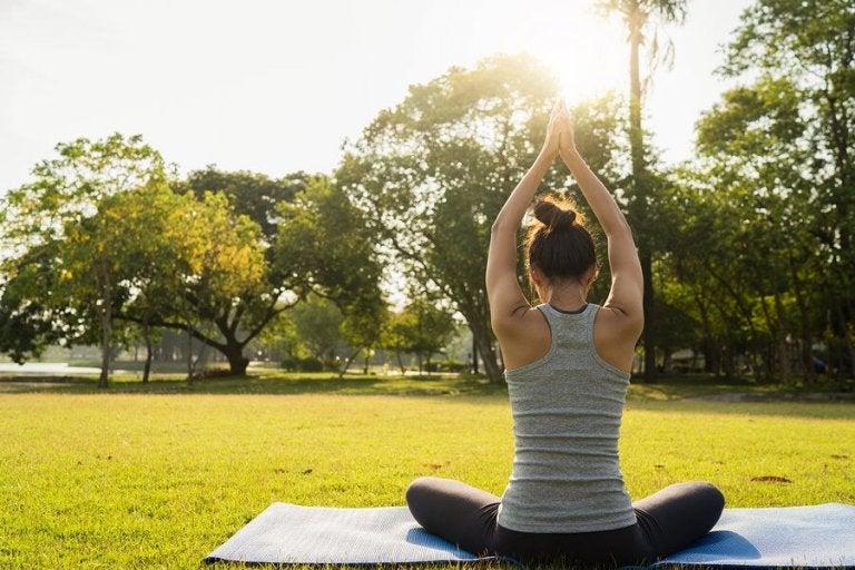 6 exercícios de yoga para descansar melhor