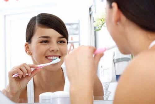 Jovem escovando os dentes