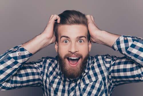 Homem usando barba