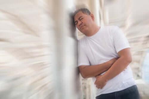 Homem com dor provocada pelos gases
