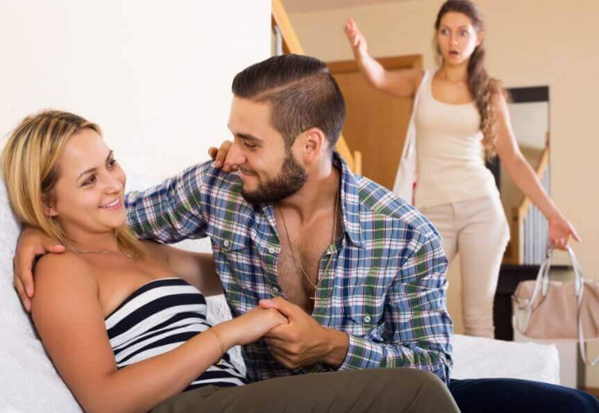 Homem cometendo uma infidelidade