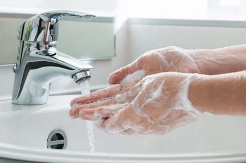 Lavar as mãos com frequência