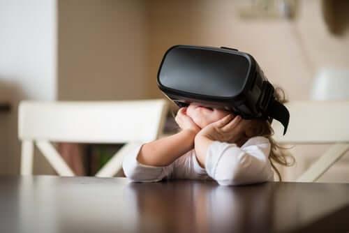 Criança usando realidade virtual