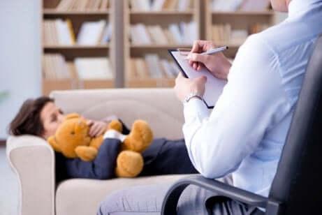 Criança em sessão com psicólogo