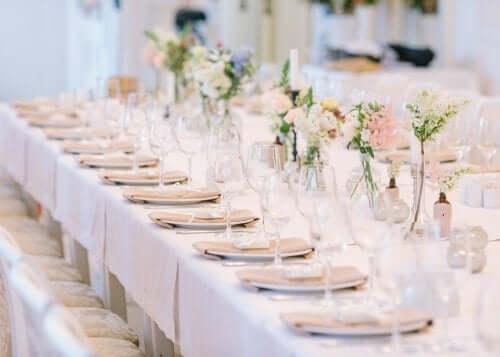 Mesa montada para festa de casamento