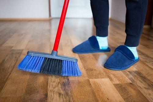 4 métodos para polir pisos de madeira com produtos caseiros
