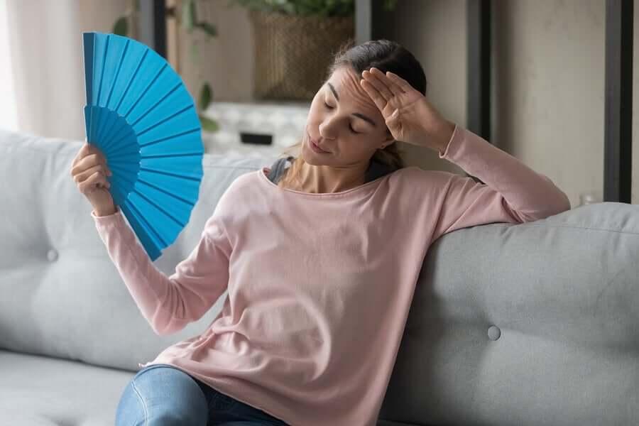 Mulher enfrentando onda de calor