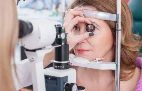 Mulher fazendo exame oftalmológico