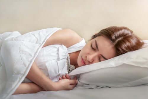 Por que temos espasmos ao dormir e como evitá-los?