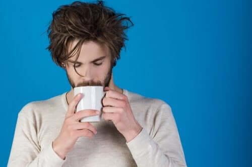 Homem tomando chá