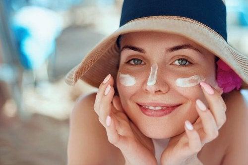 Como tratar o rosto queimado pelo sol com remédios naturais