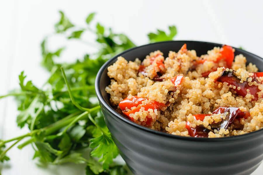Salada de vegetais assados com quinoa