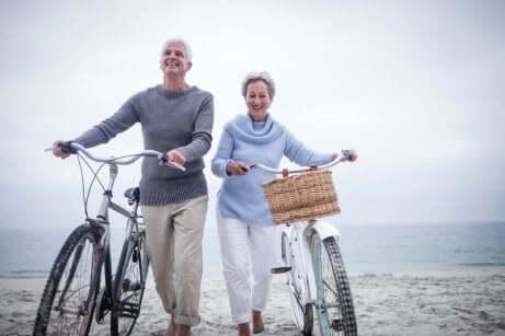 Casal idoso de bicicleta