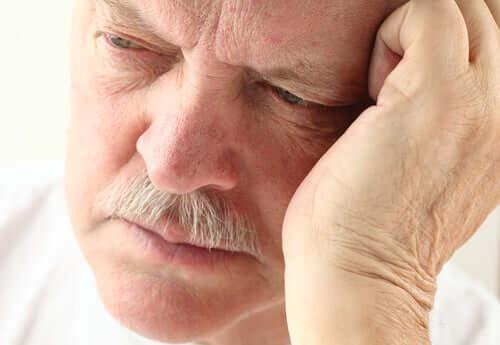 Senhor idoso com Alzheimer