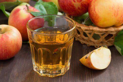 Copo com vinagre de maçã