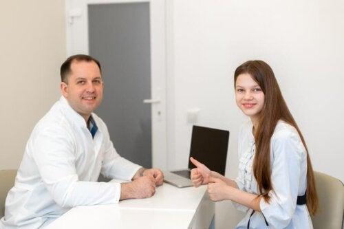 Adolescente em consulta médica