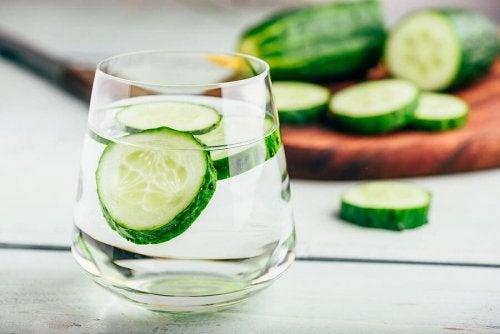 Benefícios e receita da água de pepino para a retenção de líquidos