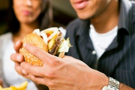 Homem comendo fast food