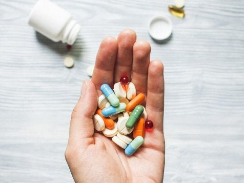Pessoa segurando medicamentos