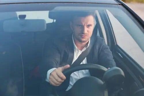 Homem dirigindo de vidros fechados