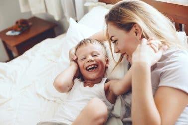 Mãe e filho rindo juntos