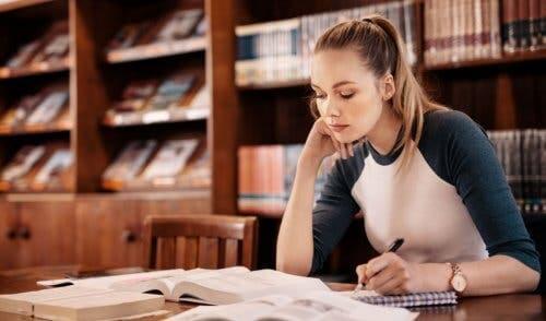 Jovem estudando em biblioteca
