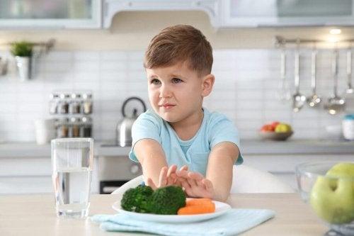 Menino recusando vegetais